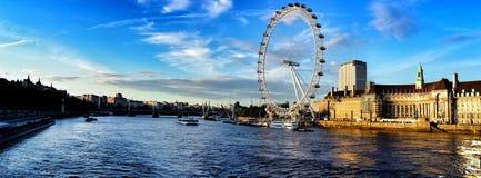 Το μάτι του Λονδίνου σε μια ηλιόλουστη ημέρα Στοκ εικόνα με δικαίωμα ελεύθερης χρήσης