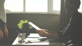 Το μέλος προσωπικού φέρνει την έκθεση στο κύριο γραφείο Κύριος εξετάστε τη γραφική εργασία και πολύ ευτυχής εκείνης της εργασίας  φιλμ μικρού μήκους