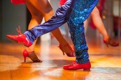 Το μέλος του σώματος ποδιών του χορευτή χορεύει εκεί στη σκηνή Μουτζουρωμένη πλάτη Στοκ φωτογραφία με δικαίωμα ελεύθερης χρήσης