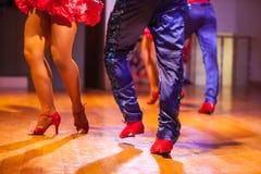Το μέλος του σώματος ποδιών του χορευτή χορεύει εκεί στη σκηνή Μουτζουρωμένη πλάτη Στοκ φωτογραφίες με δικαίωμα ελεύθερης χρήσης