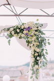 Το μέρος της γαμήλιας αψίδας καλό που διακοσμεί με το shite και τα πορφυρά λουλούδια Στοκ εικόνες με δικαίωμα ελεύθερης χρήσης