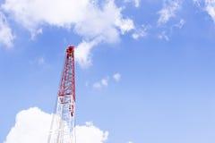 Το μέρος της δομής γερανών με το μπλε ουρανό Στοκ φωτογραφίες με δικαίωμα ελεύθερης χρήσης