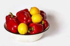 Το μέρος του πιπεριού και τα λεμόνια βρίσκονται σε μια λεκάνη Στοκ εικόνες με δικαίωμα ελεύθερης χρήσης