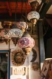 Το μέρος των όμορφων γυαλί/μέταλλο φαναριών κρεμά στο υπόβαθρο των θολωμένων διακοσμητικών στοιχείων Στοκ Φωτογραφίες