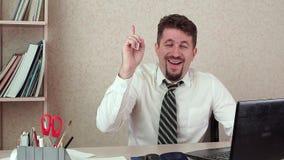 Το μέσης ηλικίας άτομο διευθυντών γραφείων, βρήκε μια ιδέα Αστεία εργασία απόθεμα βίντεο
