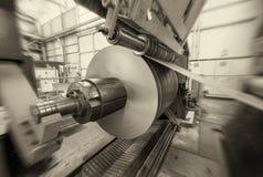 Το μέταλλο κουλουριάζει τη μηχανή Εσωτερικό του εργοστασίου χρυσή ιδιοκτησία βασικών πλήκτρων επιχειρησιακής έννοιας που φθάνει σ Στοκ Φωτογραφία