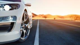 Το μέτωπο του αθλητικού αυτοκινήτου η πλάτη είναι η έρημος Στοκ Φωτογραφία