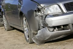 Το μέτωπο του ασημένιου αυτοκινήτου παίρνει χαλασμένο από τη συντριβή στοκ εικόνες