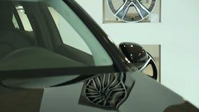 Το μέτωπο του νέου μαύρου αυτοκινήτου Ο ανεμοφράκτης του νέου αυτοκινήτου Άποψη του νέου αυτοκινήτου σειρών στη νέα αίθουσα εκθέσ απόθεμα βίντεο