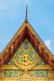 Το μέτωπο του ναού της Ταϊλάνδης στεγών με το μπλε ουρανό Στοκ εικόνες με δικαίωμα ελεύθερης χρήσης