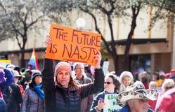 Το μέλλον είναι δυσάρεστο σημάδι που κατέχει η γυναίκα στο Μάρτιο Στοκ εικόνες με δικαίωμα ελεύθερης χρήσης