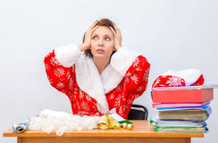 Το μέλος προσωπικό γραφείου κοριτσιών έντυσε δεδομένου ότι Άγιος Βασίλης αρπάζει το κεφάλι του στο γραφείο του Στοκ Εικόνες