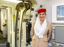 Το μέλος του πληρώματος εμιράτων συναντά τους επιβάτες στοκ εικόνες με δικαίωμα ελεύθερης χρήσης