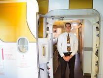 Το μέλος του πληρώματος εμιράτων συναντά τους επιβάτες Στοκ Φωτογραφία