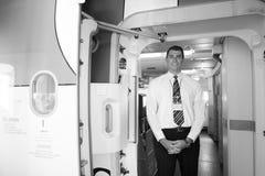 Το μέλος του πληρώματος εμιράτων συναντά τους επιβάτες Στοκ Φωτογραφίες