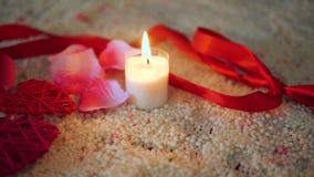 Το μήκος σε πόδηα του βαλεντίνου διακοσμήσεων, αυξήθηκε λουλούδι, κάψιμο κεριών και κορδέλλα απόθεμα βίντεο