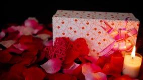 Το μήκος σε πόδηα του βαλεντίνου διακοσμήσεων με τα κιβώτια δώρων, κάψιμο κεριών, και αυξήθηκε πέταλα απόθεμα βίντεο