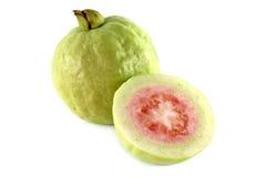 το μήλο έκοψε το φρέσκο ροζ γκοϋαβών κατά το ήμισυ Στοκ Εικόνα