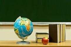 το μήλο κρατά τον πίνακα στοκ φωτογραφία με δικαίωμα ελεύθερης χρήσης