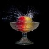το μήλο πέφτει ύδωρ Στοκ φωτογραφίες με δικαίωμα ελεύθερης χρήσης