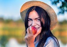το μήλο τρώει το κορίτσι Στοκ Εικόνα