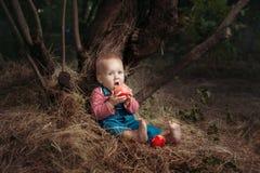 το μήλο τρώει το κορίτσι Στοκ Εικόνες
