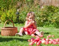 το μήλο τρώει το κορίτσι ε Στοκ Εικόνα