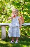 το μήλο τρώει το κορίτσι ε Στοκ εικόνα με δικαίωμα ελεύθερης χρήσης