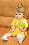 το μήλο τρώει το κορίτσι πρ Στοκ φωτογραφία με δικαίωμα ελεύθερης χρήσης