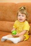 το μήλο τρώει το κορίτσι πρ Στοκ Εικόνες