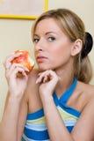 το μήλο τρώει το κορίτσι Στοκ εικόνα με δικαίωμα ελεύθερης χρήσης