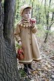 το μήλο τρώει το κορίτσι Στοκ Φωτογραφία