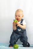 το μήλο τρώει το πράσινο κ&alpha Στοκ φωτογραφίες με δικαίωμα ελεύθερης χρήσης