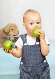 το μήλο τρώει το πράσινο κ&alpha Στοκ εικόνες με δικαίωμα ελεύθερης χρήσης