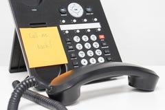 Το μήνυμα να καλέσει πίσω στην κολλώδη σημείωση συνδέεται με το τηλέφωνο IP Στοκ εικόνες με δικαίωμα ελεύθερης χρήσης