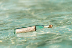 Το μήνυμα σε ένα μπουκάλι έπλυνε στην ξηρά στην τροπική παραλία Στοκ Εικόνες