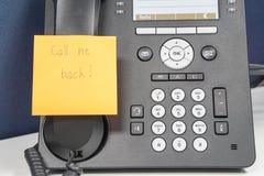 Το μήνυμα στην κολλώδη σημείωση να καλέσει συνδέει πίσω στο τηλέφωνο IP Στοκ φωτογραφία με δικαίωμα ελεύθερης χρήσης