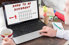 Τολμήστε να είστε διαφορετική έννοια σε μια οθόνη lap-top στοκ εικόνα με δικαίωμα ελεύθερης χρήσης