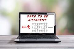 Τολμήστε να είστε διαφορετική έννοια σε μια οθόνη lap-top στοκ φωτογραφίες με δικαίωμα ελεύθερης χρήσης