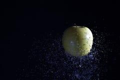 το μήλο ρίχνει το ύδωρ Στοκ εικόνα με δικαίωμα ελεύθερης χρήσης