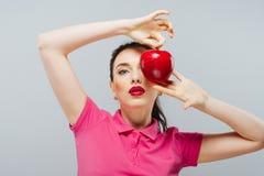 το μήλο τρώει την κόκκινη γυναίκα Welness και ομορφιά Στοκ Φωτογραφίες