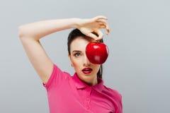 το μήλο τρώει την κόκκινη γυναίκα Welness και ομορφιά Στοκ φωτογραφία με δικαίωμα ελεύθερης χρήσης