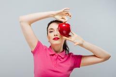 το μήλο τρώει την κόκκινη γυναίκα Welness και ομορφιά Στοκ εικόνα με δικαίωμα ελεύθερης χρήσης