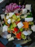 Το μίγμα βγάζει φύλλα τη σαλάτα με την ντομάτα, το ψημένο και ξεφλουδισμένο πιπέρι κουδουνιών, και το τυρί φέτας που ντύνεται με  στοκ εικόνες