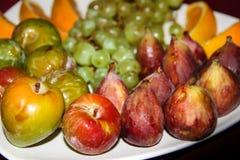 Το μίγμα των τροπικών οργανικών φρούτων εξυπηρέτησε σε ένα πιάτο και τις κανάτες των φρέσκων χυμών Στοκ Εικόνες