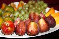 Το μίγμα των τροπικών οργανικών φρούτων εξυπηρέτησε σε ένα πιάτο και τις κανάτες των φρέσκων χυμών Στοκ φωτογραφία με δικαίωμα ελεύθερης χρήσης