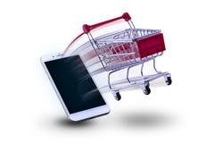 Το μίνι κάρρο που ψωνίζει εκσπερματίζει από το έξυπνο τηλέφωνο Αγορές έννοιας Στοκ Φωτογραφία