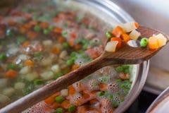 Το μαγείρεμα μερικών ανάμιξε τα τεμαχισμένα λαχανικά στοκ εικόνες