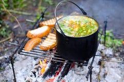 Το μαγείρεμα της σούπας στην πυρκαγιά Στοκ εικόνες με δικαίωμα ελεύθερης χρήσης