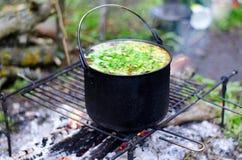 Το μαγείρεμα της σούπας στην πυρκαγιά Στοκ φωτογραφία με δικαίωμα ελεύθερης χρήσης